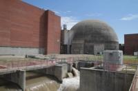 Pileta y exterior del Reactor CNAII.JPG